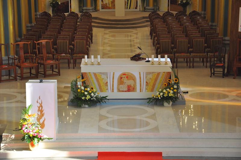 扩大后的祭台能容纳更多神父共祭