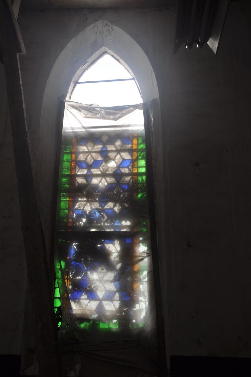 修缮前严重损坏的彩绘玻璃