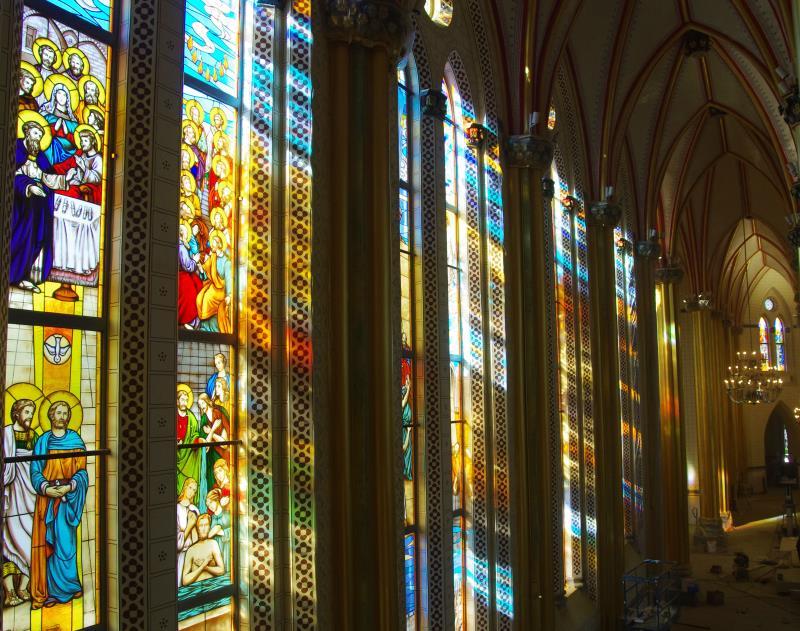 光透过玻璃照进教堂
